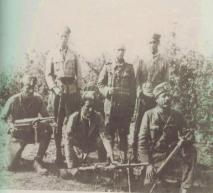 Αντάρτες του ΕΛΑΣ 1941-1944Όρθιοι από αριστερά :Γερογιάννης Δημήτρης από Καισαρειά Κοζάνης, Πελέκας Αλέξανδρος(Κουτρούλιας) Αιανή, Φαρμακης Κώστας Σιάτιστα, καθήμενοι :Τσιάρας  Κώστας Καισαρειά, Καραδήμος Βασίλης Κάτω Κώμη, Νομικός Χρήστος (Μπούρινος) Αθήνα