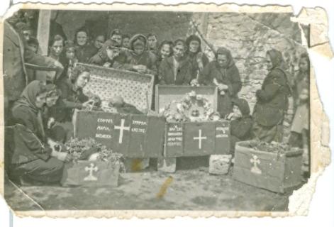 Ανακομιδή λειψάνων των εκτελεσθέντων (αρχείο Στάθη Ταξίδη)